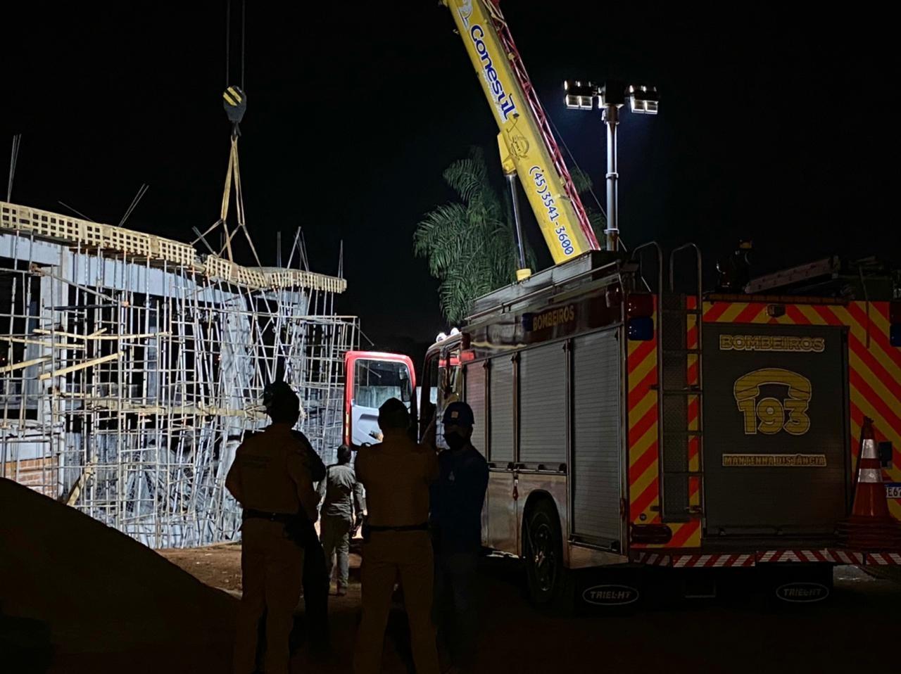 Bombeiros confirmam morte de duas pessoas em desabamento de laje, em Foz do Iguaçu; buscas continuam