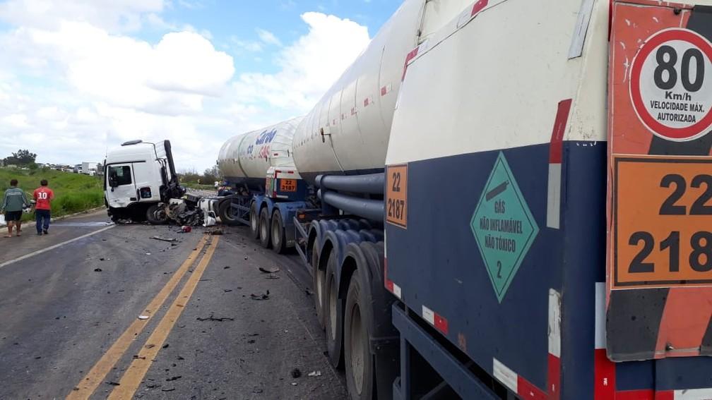 Homem morre após batida entre carro e carreta-tanque na BR-101 — Foto: Divulgação/PRF