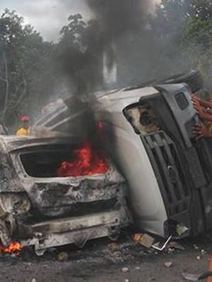 Manifestantes queimam 4 veículos durante protesto na BR-101 (Foto: José Carlos Concessor / Arquivo Pessoal)