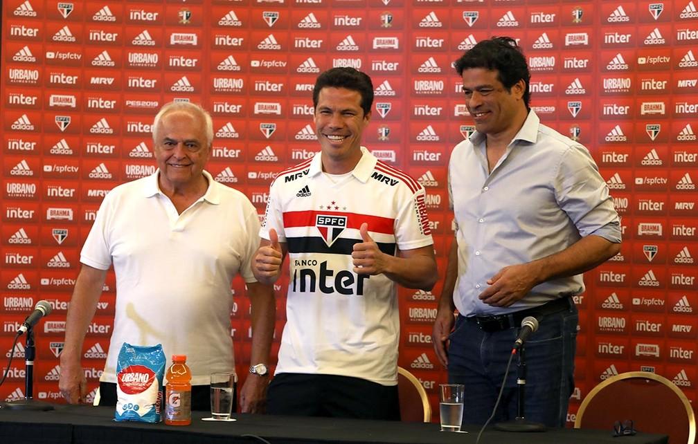 Leco e Raí apresentam Hernanes no São Paulo — Foto: Rubens Chiri / saopaulofc.net
