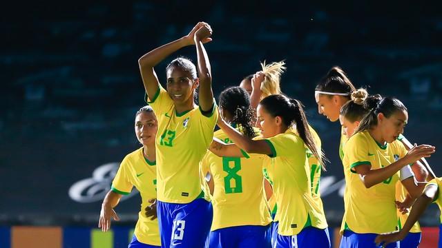 Jogadoras do Brasil comemoram um dos gols da vitória sobre a Rússia
