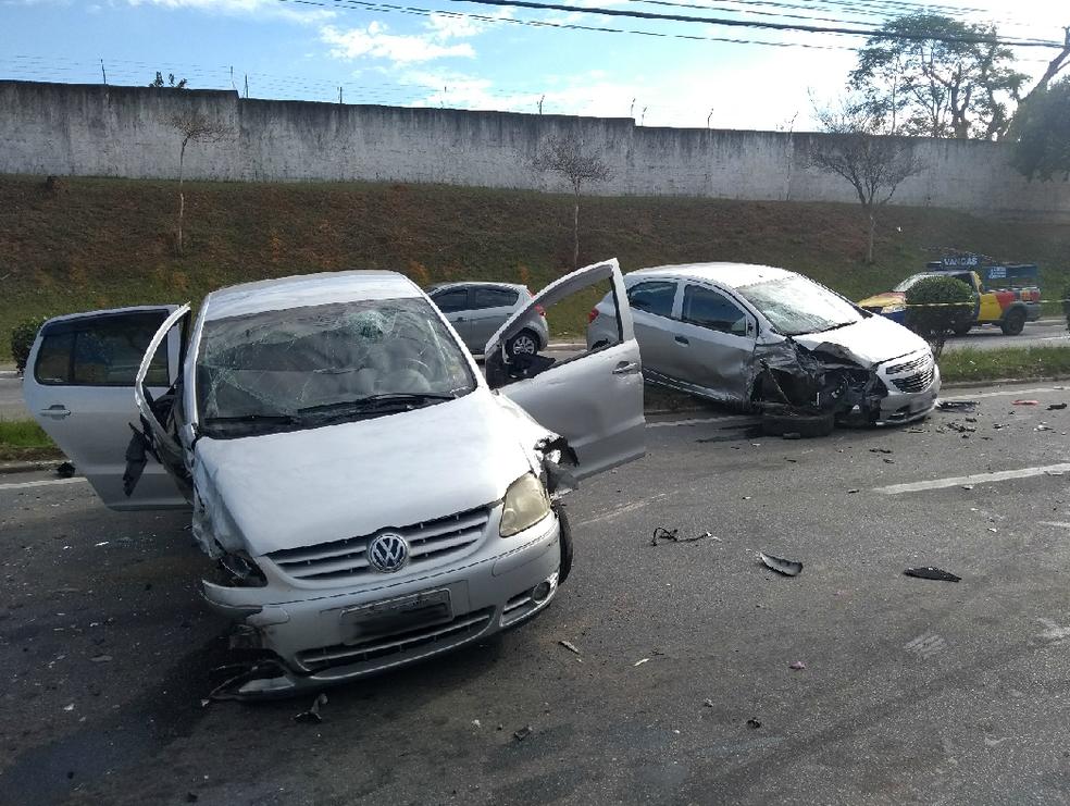Bandidos em fuga entram na contramão e causam acidente em São José (Foto: Vanguarda Repórter/Leonardo Fernandes)