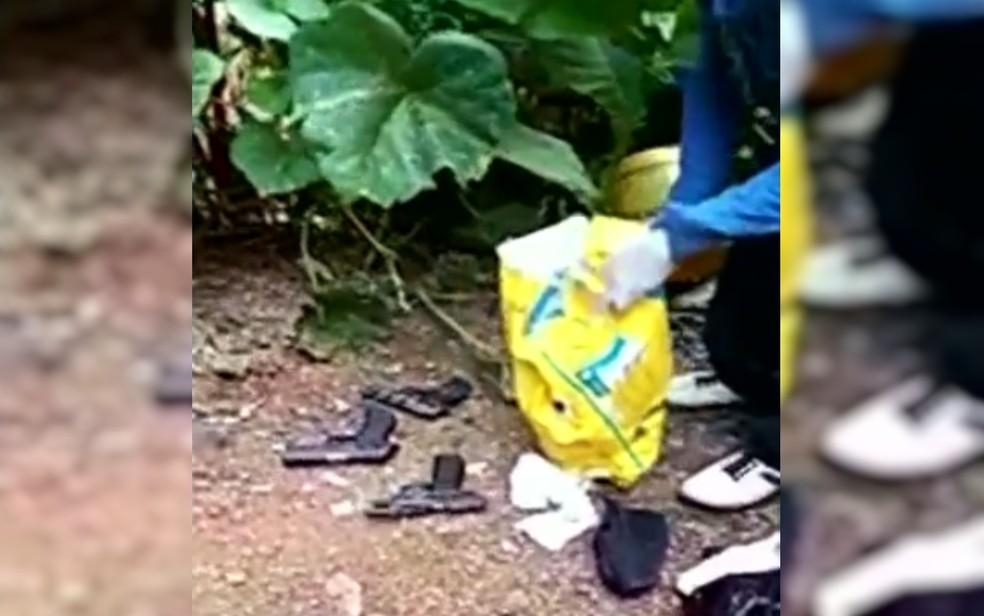 Armas estavam enterradas em sacos de ração, em Luziânia, Goiás (Foto: TV Anhanguera/Reprodução)