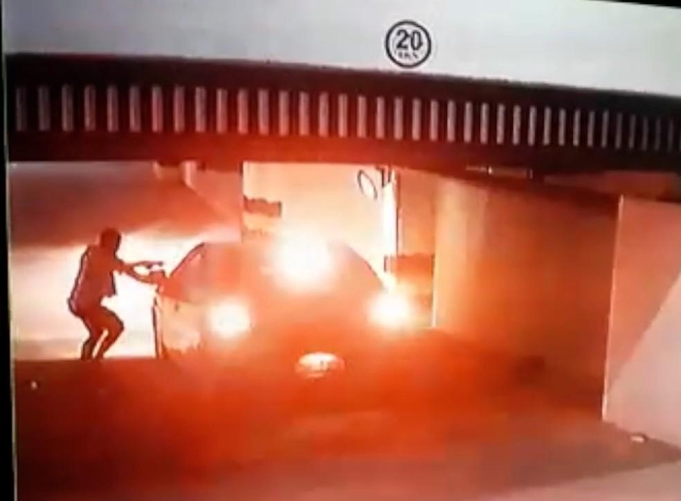 Bandido armado invadiu a garagem de um condomínio e levou o carro de uma mulher em Natal — Foto: Reprodução
