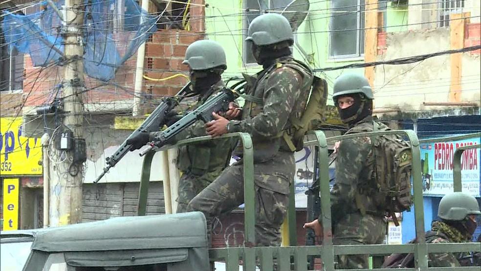 Militares durante operação no Jacarezinho, Zona Norte do Rio (Foto: Reprodução / TV Globo)