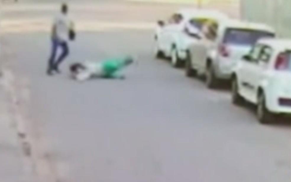 Mulher é derrubada no chão durante assalto em Goiânia, Goiás — Foto: Reprodução/TV Anhanguera
