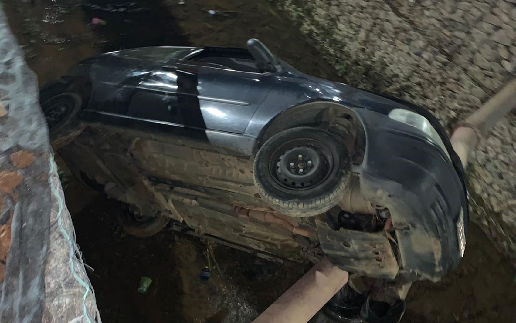 Motorista perde controle, capota e carro cai dentro de córrego, perto do shopping de Varginha, MG
