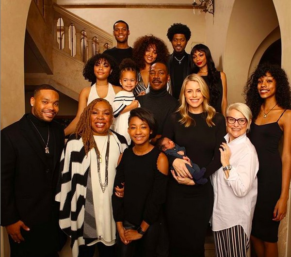 O ator Eddie Murphy em foto com os 10 filhos, a atual noiva, a mãe dele e a nova sogra (Foto: Instagram)