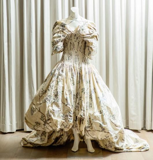 Vestido do inverno 2006/07 de Alexander McQueen, parte da coleção de Jennifer Zuikher (Foto: Reprodução Elizabeth Lippman/The Cut)