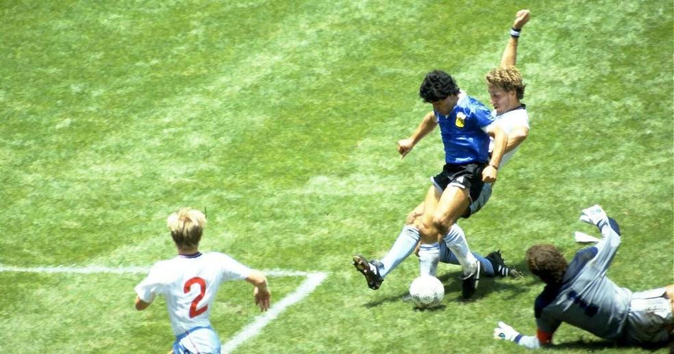 O golaço de Maradona contra a Inglaterra em 1986 foi eleito pela Fifa em 2002 como o mais bonito da história das Copas do Mundo — Foto: Reuters