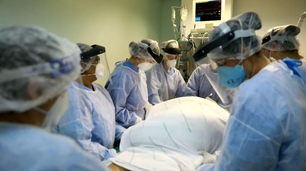 Profissionais de saúde durante atendimento em leito de UTI Covid em Ribeirão Preto, SP — Foto: Reprodução/EPTV
