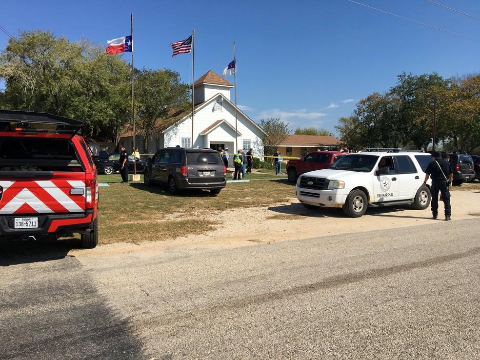 Polícia atendem vítimas de tiroteio em igreja de Sutherland Springs, no Texas (Foto: MAX MASSEY/ KSAT 12/via REUTERS)