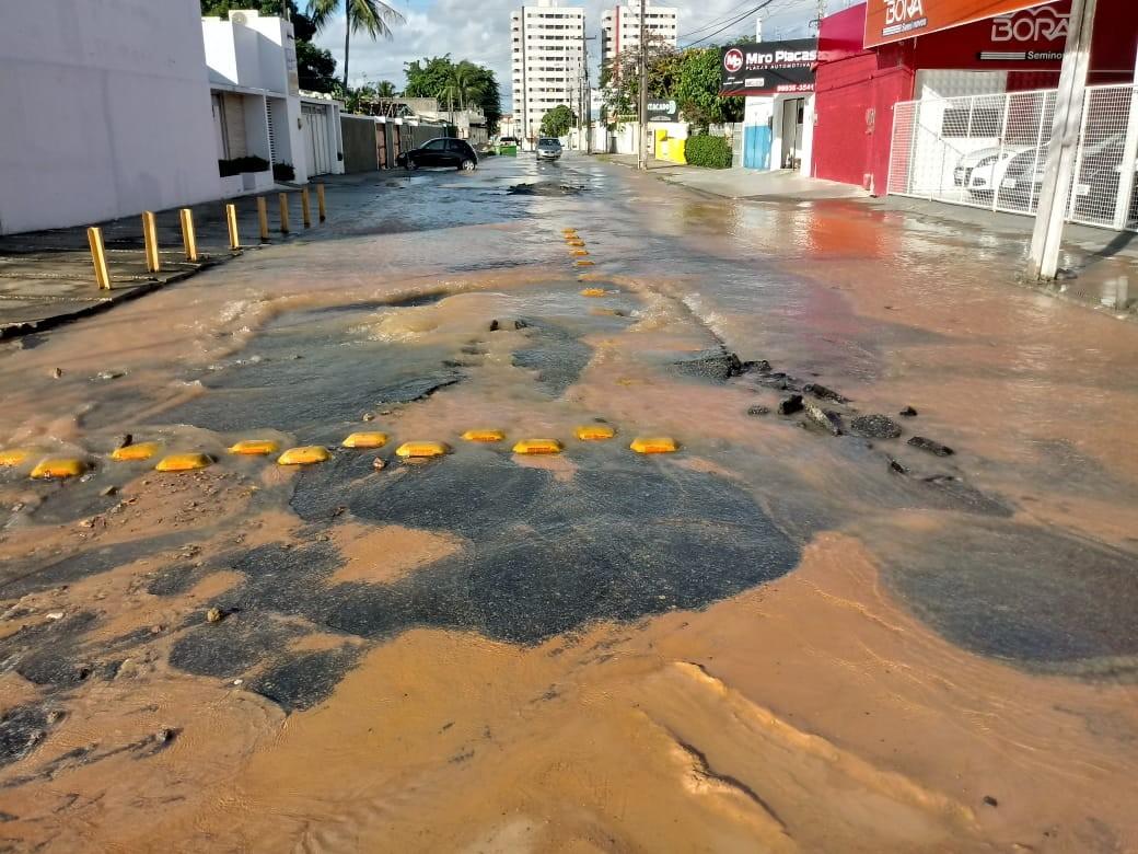 Vazamento de água preocupa moradores do bairro do Pinheiro, em Maceió