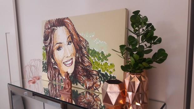 """""""A cor predominante na imagem é o rose, porém na pintura existe um verde ao lado da imagem da Bianca. Sendo assim, buscamos uma espécie que se assimilasse à da pintura para colocar um verde de verdade nesse espaço"""", explica Rayra (Foto: Rayra Lira Araújo / Divulgação)"""