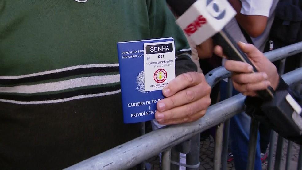Trabalhador da Vitória (ES) chegou na véspera e conseguiu a senha número 001 — Foto: TV Globo/Reprodução