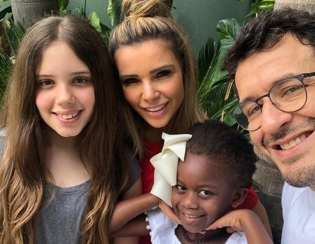 A família completa: Maria com o marido e as filhas (Foto: Reprodução Instagram)