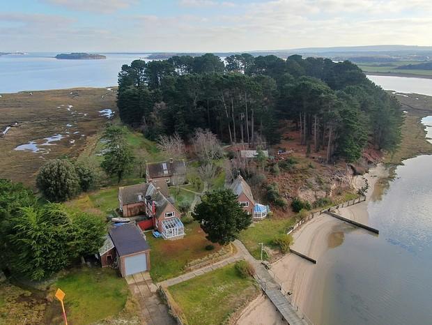 Quer fugir da cidade? Ilha com chalés pode ser alugada por R$ 80 mil (Foto: Divulgação)