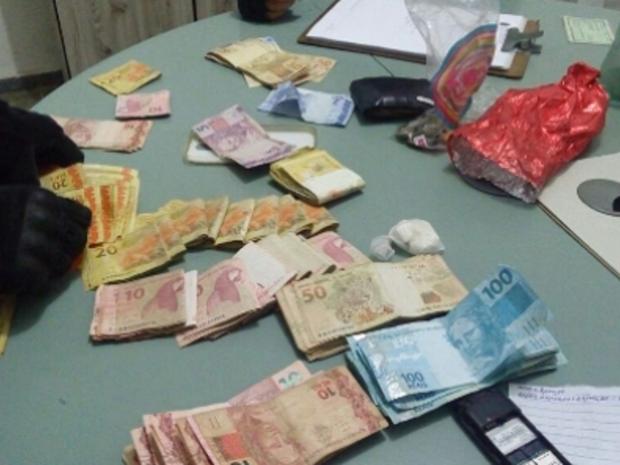 Com o suspeito a polícia encontrou pedra de crack, dois aparelhos celulares, sete chips, R$ 11.600,00 e outros objetos pessoais. (Foto: SSPDS/Divulgação)