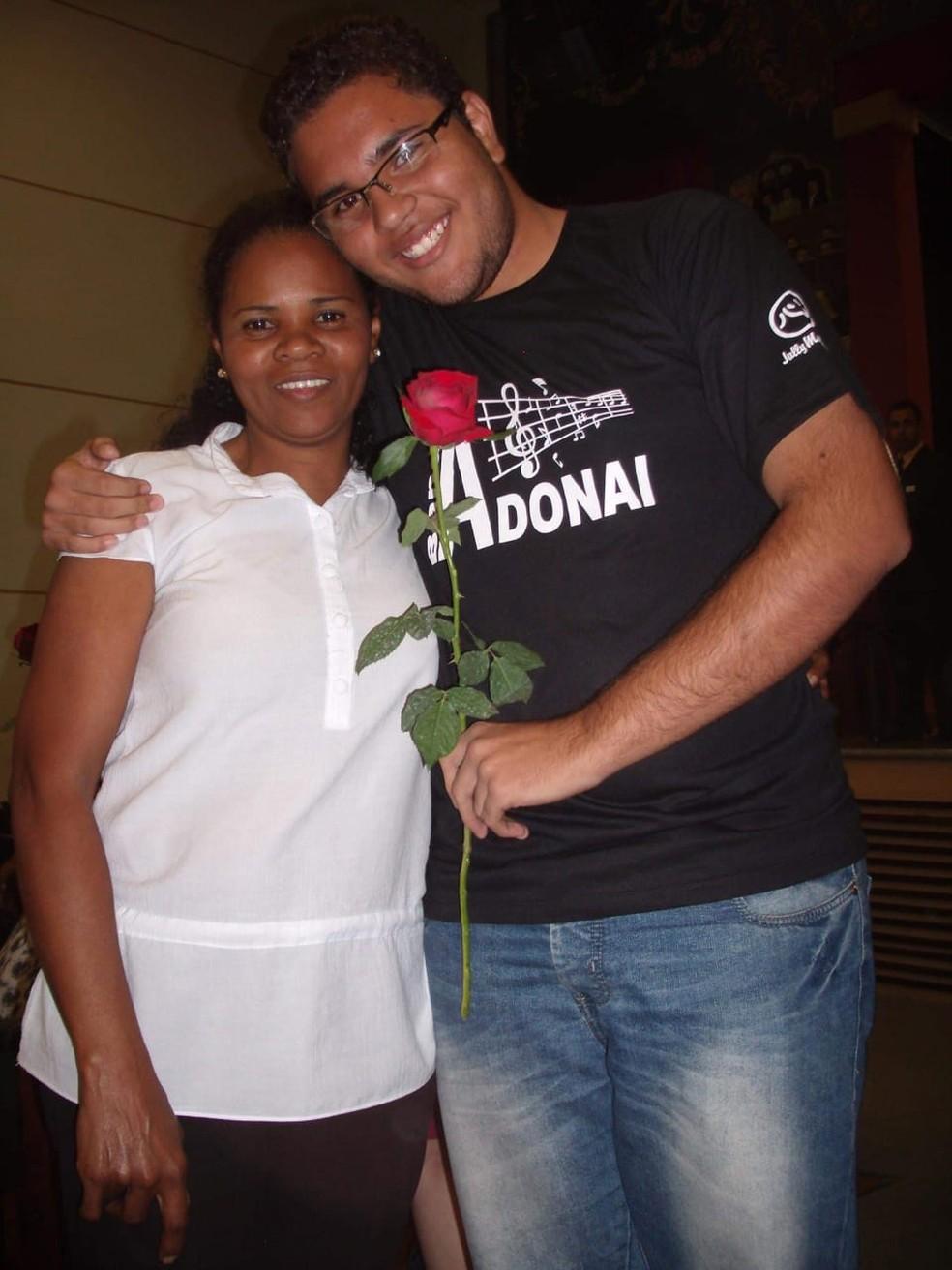 Renan ao lado da mãe, Cleide — Foto: Arquivo Pessoal