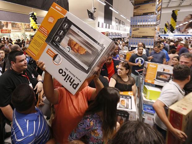 Consumidores aproveitam as promoções da Black Friday no Extra, unidade da Ricardo Jafet, em São Paulo (Foto: Leonardo Benassatto/Futura Press/Estadão Conteúdo)