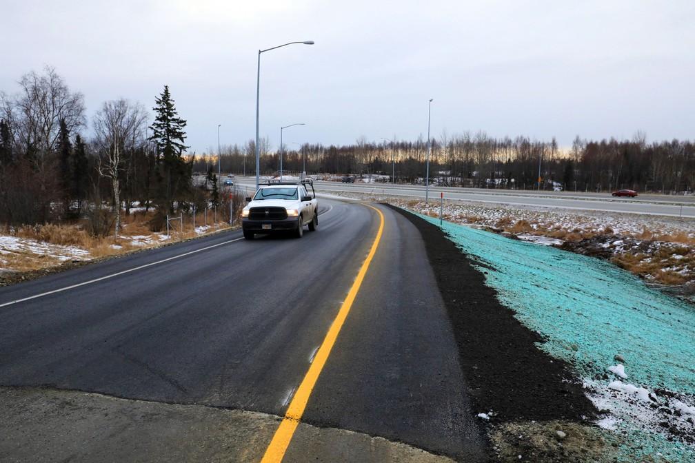 Estrada reparada após terremoto no Alasca — Foto: Dan Joling/AP