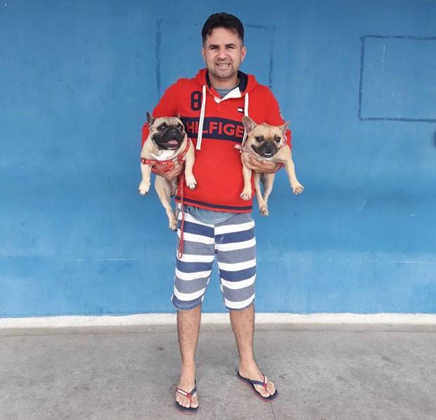 Uanderson e os seus cachorros adotados (Foto: Reprodução Facebook)