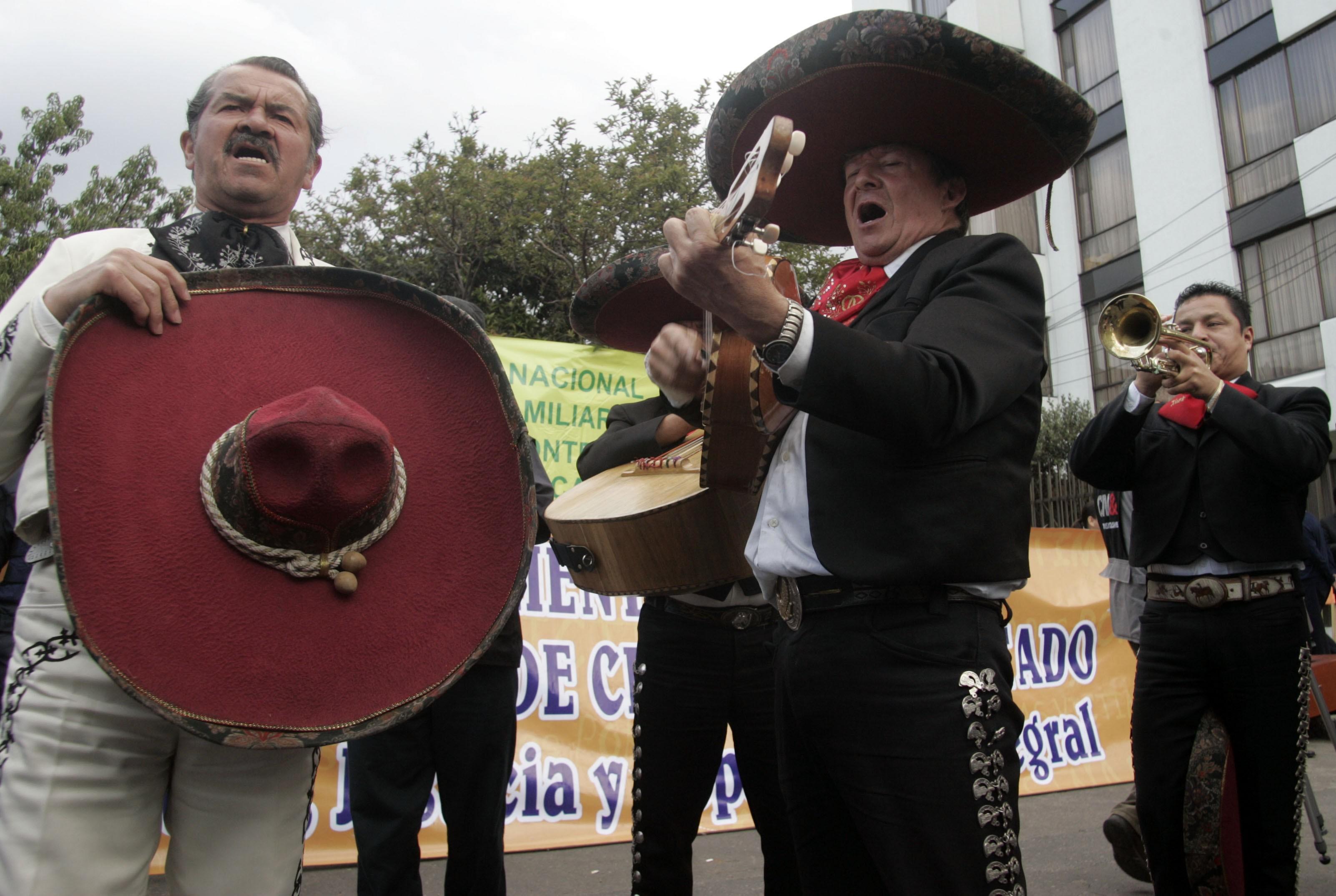 Mariachis entretêm colombianos em quarentena nas ruas de Bogotá
