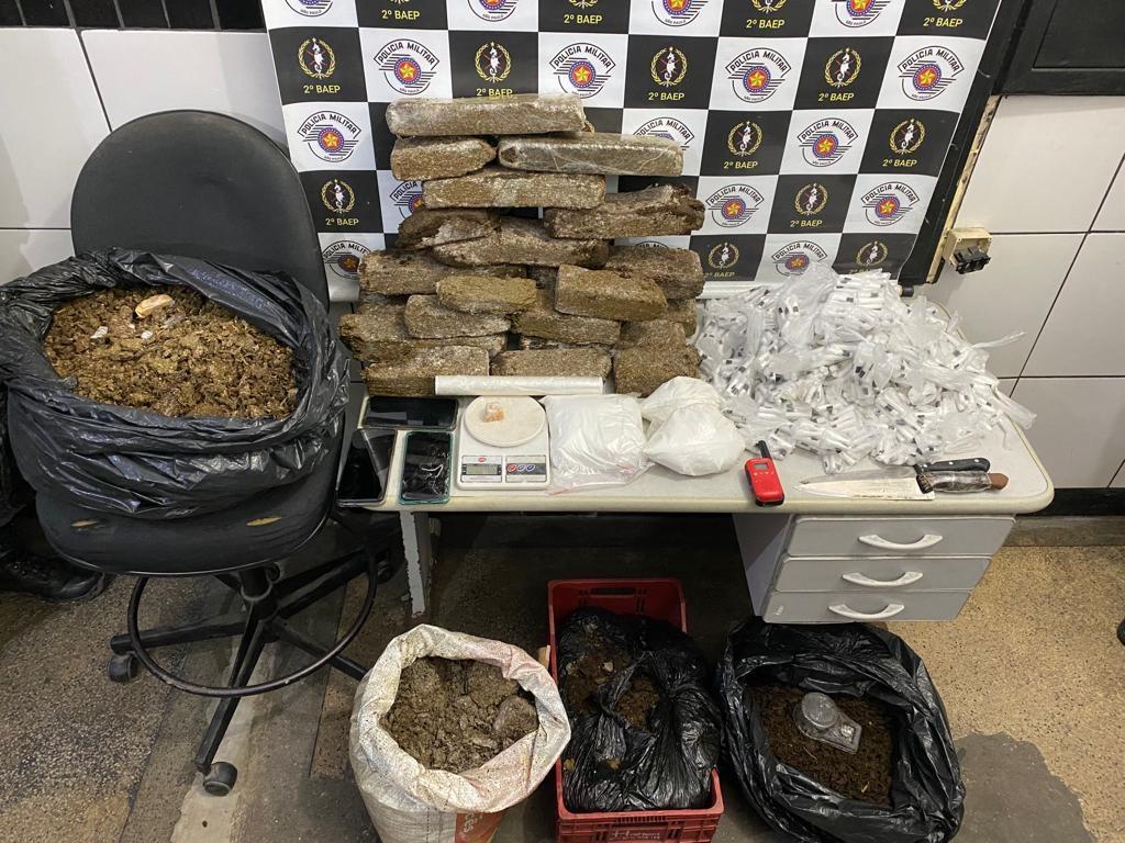 Três homens são presos após serem flagrados embalando drogas em comunidade de Guarujá