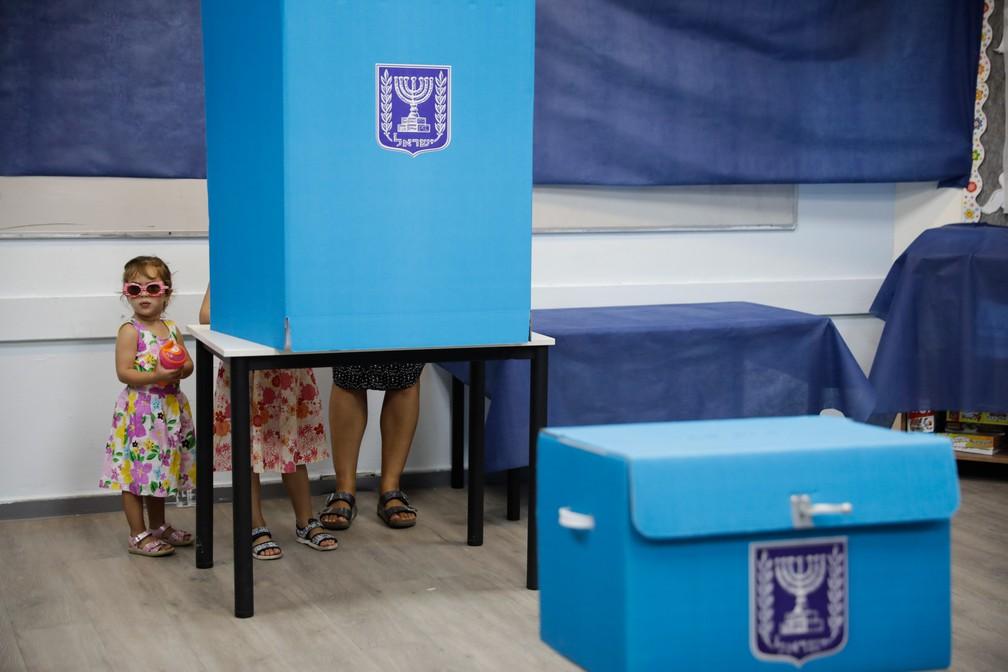 Uma mulher vota com crianças em uma sessão eleitoral de Rosh Haayin, em Israel, em 2019 — Foto: Sebastian Scheiner/AP