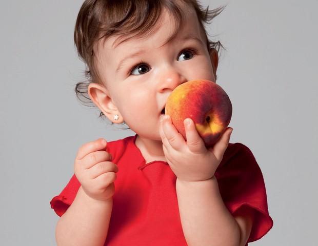 menina; fruta; comida (Foto: Crescer)