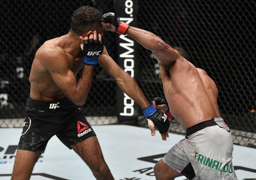 Francisco Massaranduba acerta o golpe que nocauteou Jai Herbert no UFC: Whittaker x Till — Foto: Getty Images