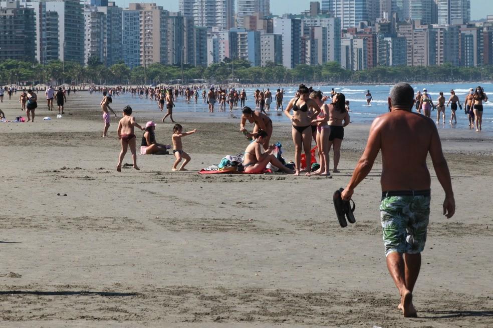 Banhistas tomam sol em praia de Santos, apesar de restrições quanto à permanência de pessoas na faixa de areia — Foto: Alex Ferraz/Jornal A Tribuna