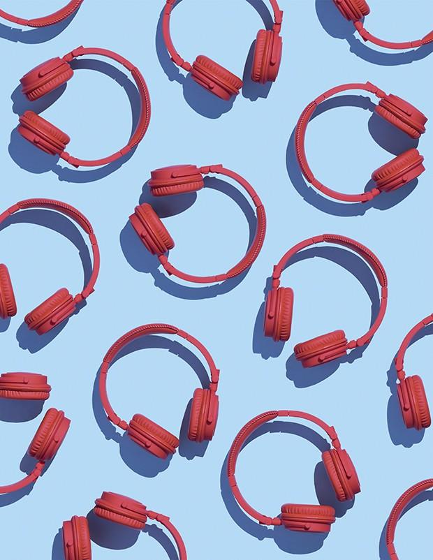 Fone de ouvido rosa no fundo azul (Foto: Thinkstock)