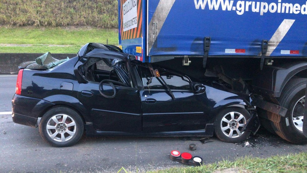 Carro ficou destruído com a batida — Foto: Divulgação/Polícia Rodoviária Federal