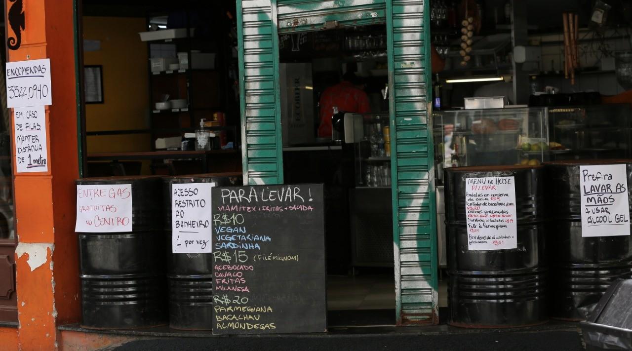 Setor de bares, restaurantes e casas noturnas demitiu pelo menos 3,2 mil pessoas no Paraná em 15 dias, diz Abrabar