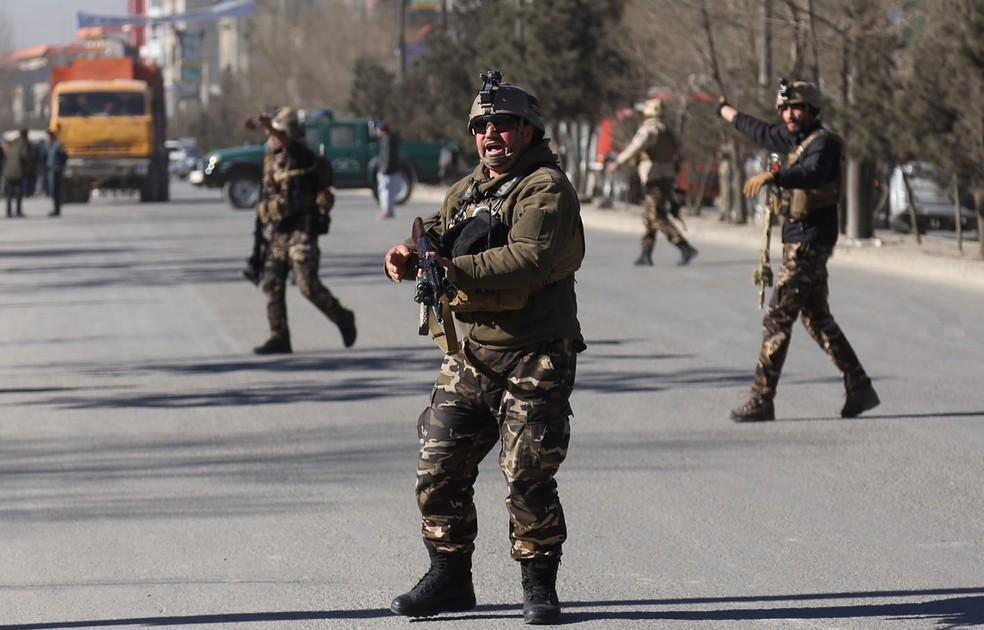 Forças de segurança chegam ao lugar do ataque contra centro cultural em Cabul, capital do Afeganistão, na manhã desta quinta-feira (28)  (Foto: Rahmat Gul/ AP)