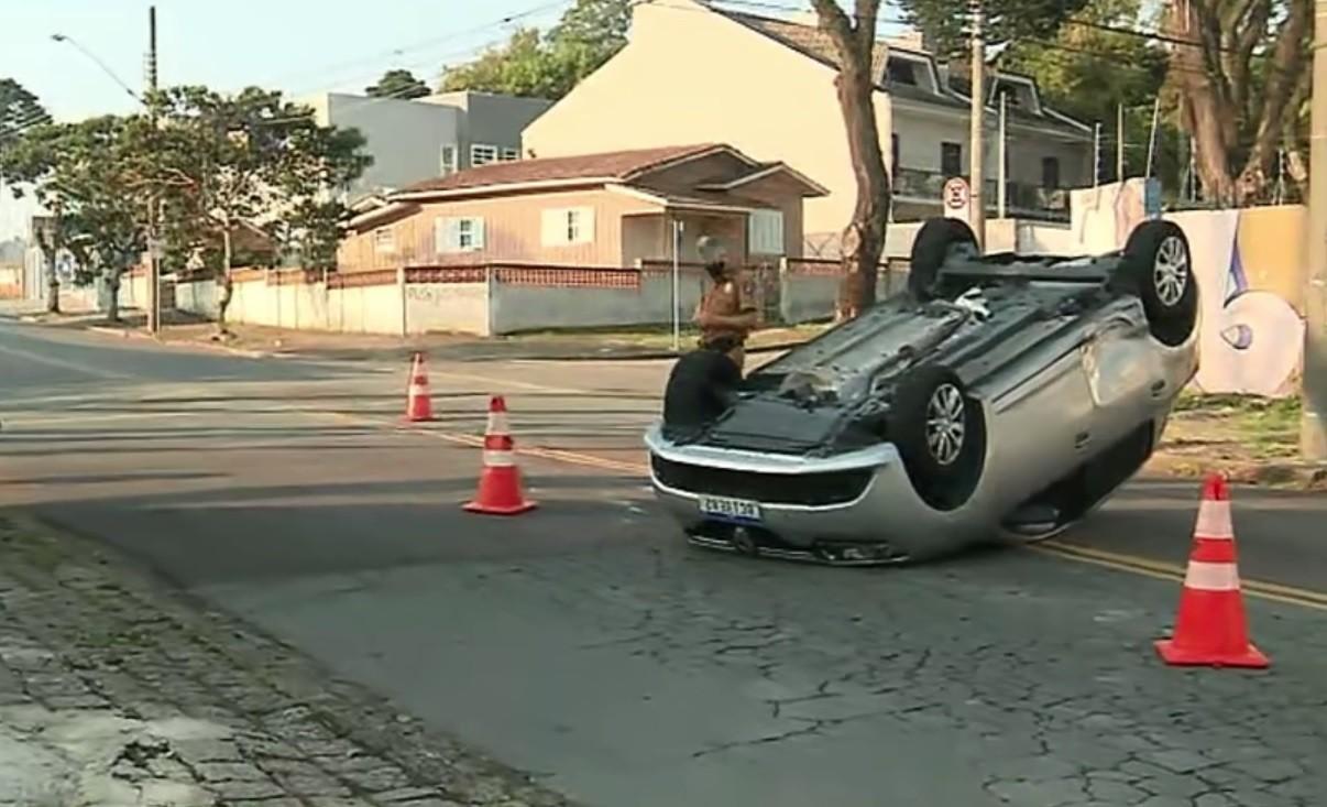 Cachorro foge de carro após veículo capotar, em Curitiba