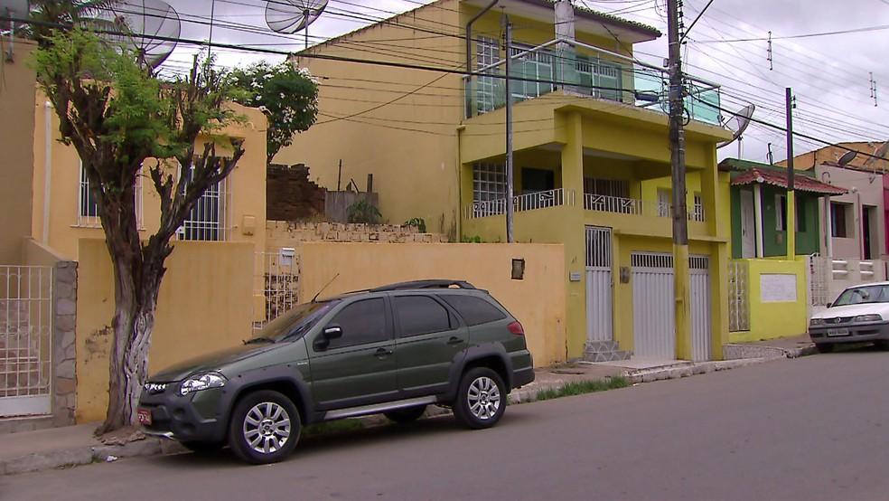 Veículos não utilizados no serviço de táxi têm placas vermelhas irregulares em Nazaré da Mata — Foto: Reprodução/TV Globo