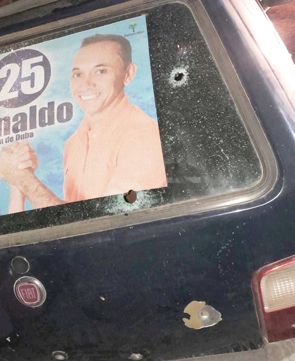 Tiros atingiram a traseira do carro — Foto: PM/Divulgação