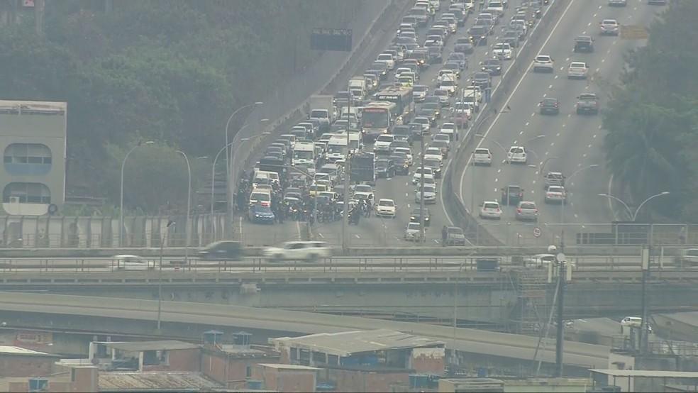 Tiroteio complica o trânsito na Linha Amarela — Foto: Reprodução/TV Globo