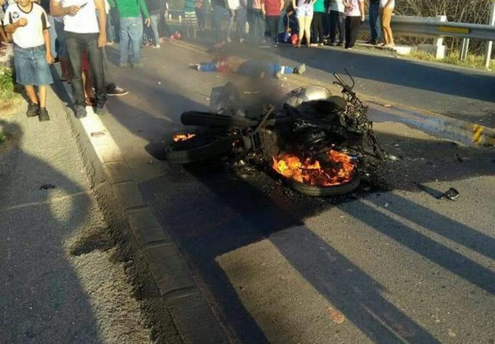 Moto explodiu após um reboque colidir na BR-222, em Sobral, nesta segunda-feira (25).  (Foto: Divulgação/PRF)