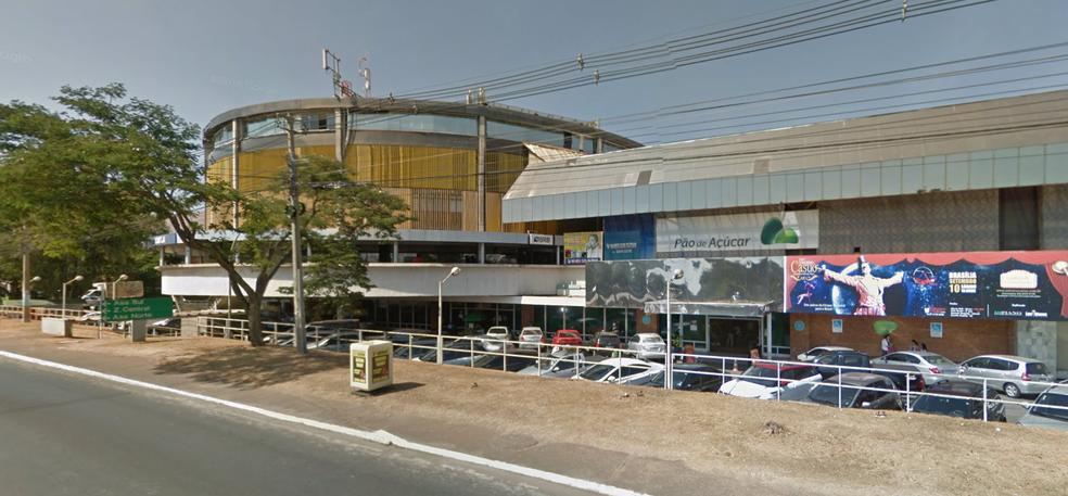 Fachada do Shopping Gilberto Salomão, no Lago Sul, onde fica a loja que Nicolle trabalhava (Foto: Google/Reprodução)