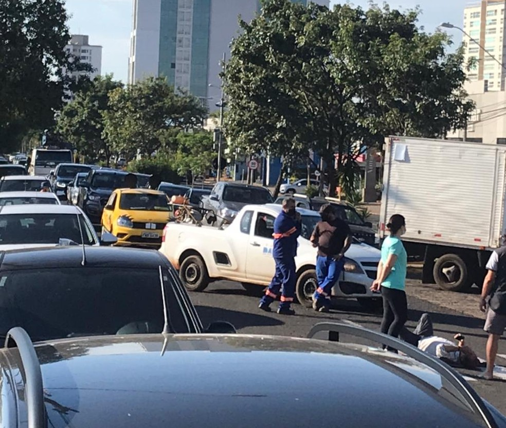 Veículo bateu na traseira de motociclista e não prestou socorro à vítima nesta segunda (15) na Avenida Getúlio Vargas em Bauru (SP) — Foto: Reprodução/ TV TEM