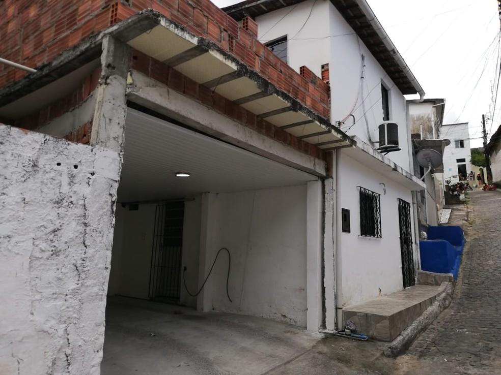 Casa onde o casal morava há oito anos, no Alto do Mandu, na Zona Norte do Recife — Foto: Apilly Ribeiro/TV Globo