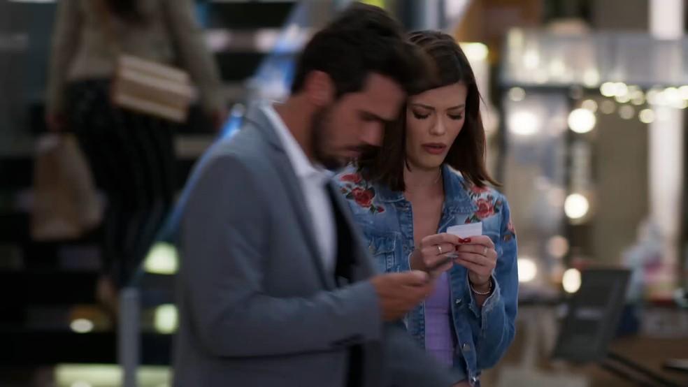 Rafael (Bruno Ferrari) esbarra em Kyra (Vitória Strada) em 'Salve-se Quem Puder' — Foto: Globo