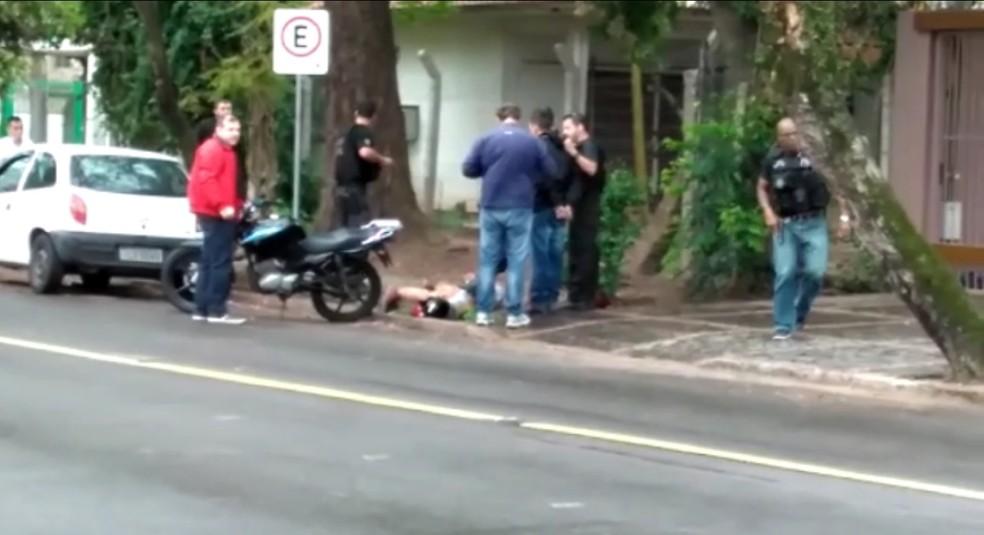 Dois foram presos em troca de tiros próximo à agência da Caixa Econômica Federal, em Porto Alegre (Foto: Júlio Ferreira/RBS TV)