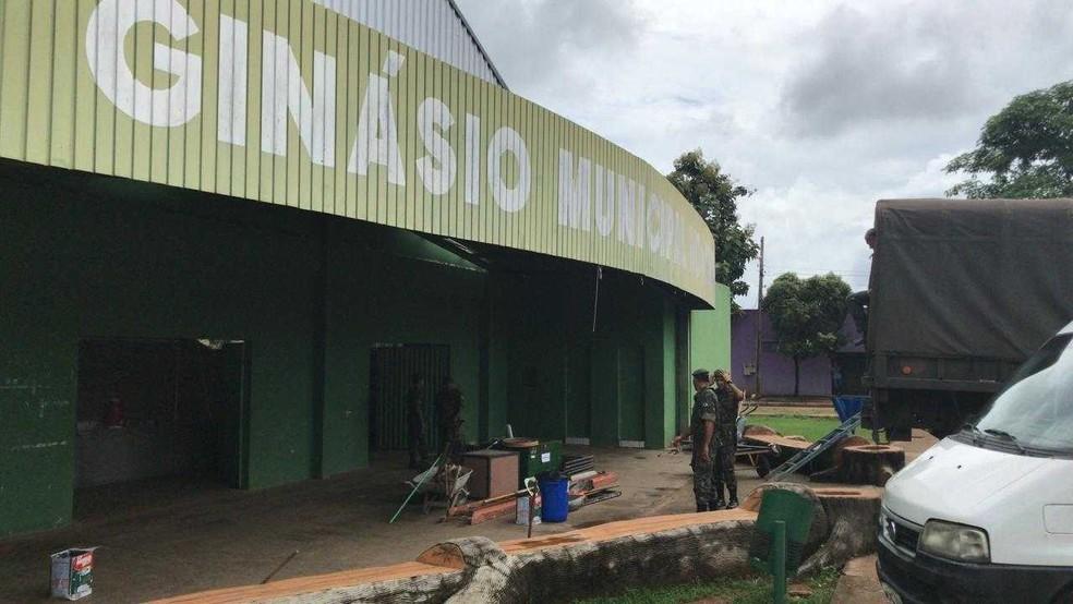 Barracas estão sendo armadas no ginásio de Lagoa da Confusão (Foto: Cassiano Rolim/TV Anhanguera)