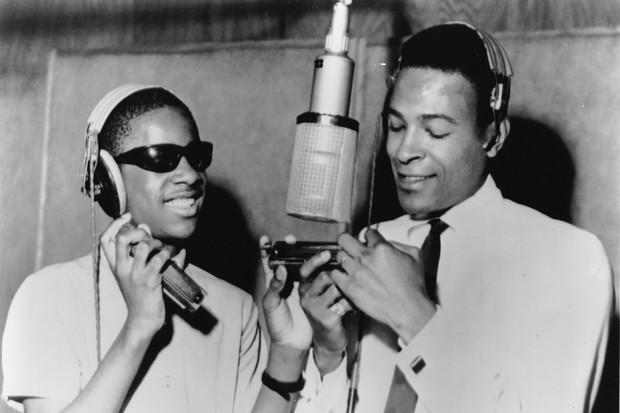 Stevie Wonder e Marvin Gaye nos estúdio da Motown, na cidade de Detroit, em1965 (Foto: Getty Images)
