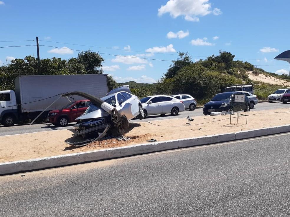 Carro bateu e derrubou poste no prolongamento da avenida Prudente de Morais, em Natal — Foto: Kleber Teixeira/Inter TV Cabugi