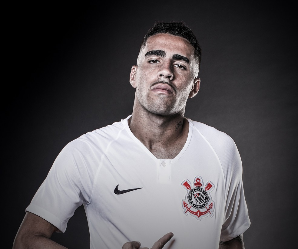 Gabriel mostra a camisa número 1 (Foto: Divulgação/Nike)